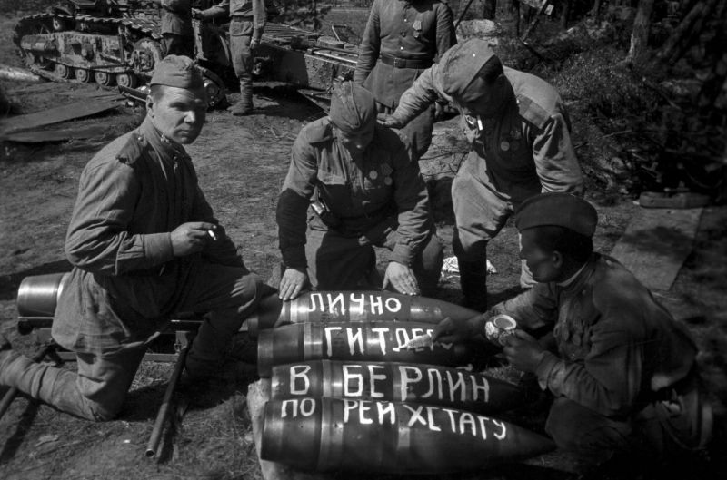 Les artilleurs soviétiques écrivent sur les obus «À Hitler», «À Berlin», «À travers le Reichstag». Avril 1945