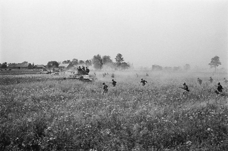 Les fantassins soviétiques se déplacent derrière les chars T-34 pendant les batailles pour la libération de l'Ukraine. 13.07-29.08.1944