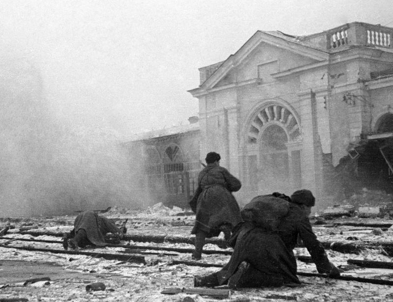 Des soldats soviétiques se battent à la gare de Vorochilovsk. 21 janvier 1943