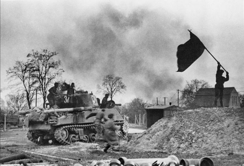 """Tank M4A2 """"Sherman"""" de la 219e brigade de chars soviétique et la bannière rouge à Berlin. Avril 1945"""