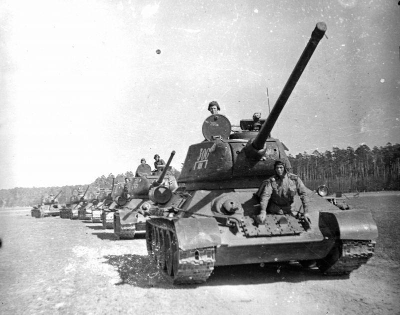 Chars T-34-85 de la 63e Brigade de chars de la Garde Chelyabinsk en Allemagne. Avril 1945
