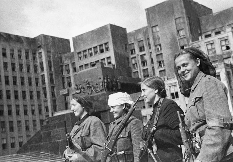 Des femmes partisanes sur la place Lénine à Minsk libéré. Juillet-août 1944