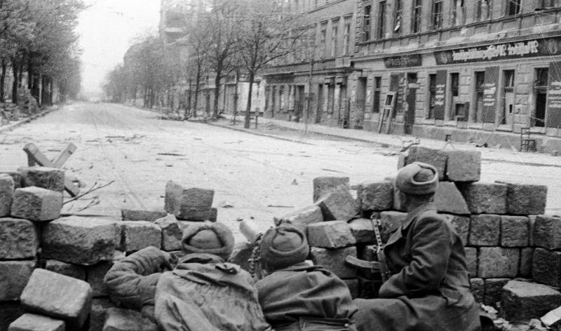 L'équipe de mitrailleuses du sergent D. Rusetsky se bat dans les rues de Vienne. avril 1945