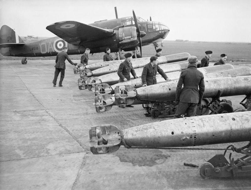 """Bombardier-torpilleur britannique Bristol """"Beaufort"""" et torpilles d'avions à North Cotes AFB. décembre 1940"""