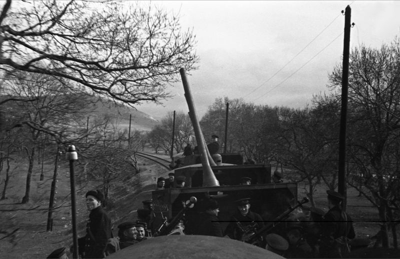 """Le train blindé n° 5 """"Zheleznyakov"""" entre dans une position de combat près de Sébastopol. mars 1942"""