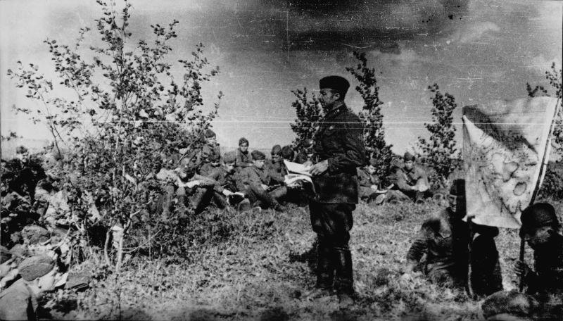Le commandant de la 237e division de fusiliers, le colonel P.V. Tertyshny analyse une opération de combat. juillet 1942