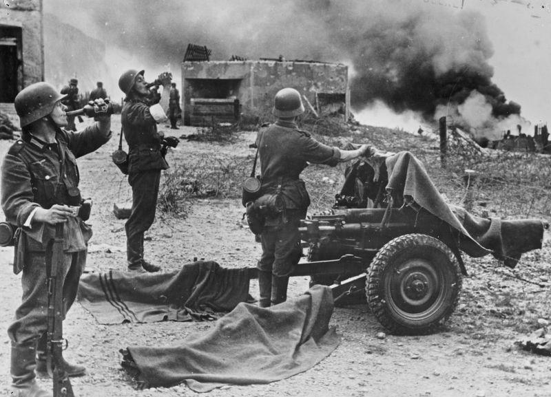 Artilleurs allemands au canon de 37 mm Pak M 37 (t) après la bataille sur la plage de Dieppe. Août 1942