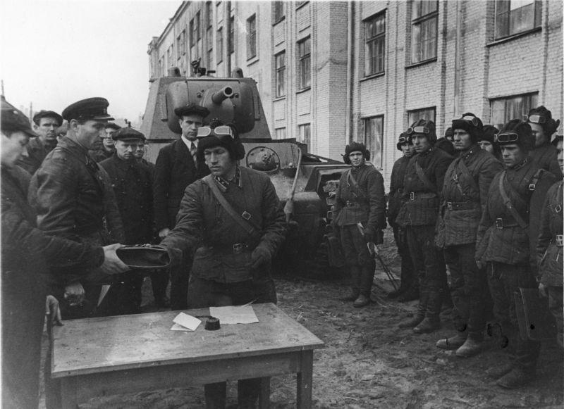 Transfert des chars KV-1 aux équipages sur le territoire de l'usine n°371 à Leningrad. 13 octobre 1941
