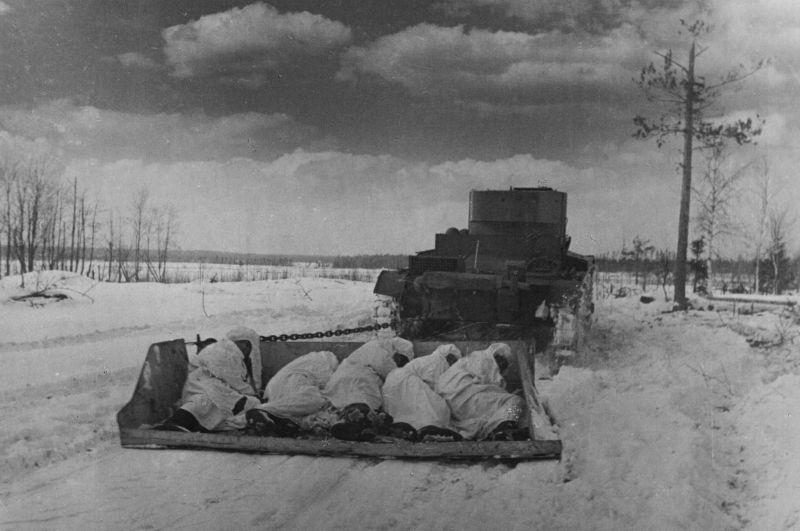 Transportant un char T-26 de soldats dans des véhicules blindés jusqu'aux casemates de la zone fortifiée de Summa-Khotinen. 1940 g.