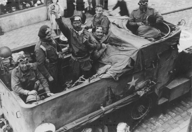 Soldats polonais dans un véhicule blindé de transport de troupes M3A2 à Sint-Niklaas libéré. Septembre 1944