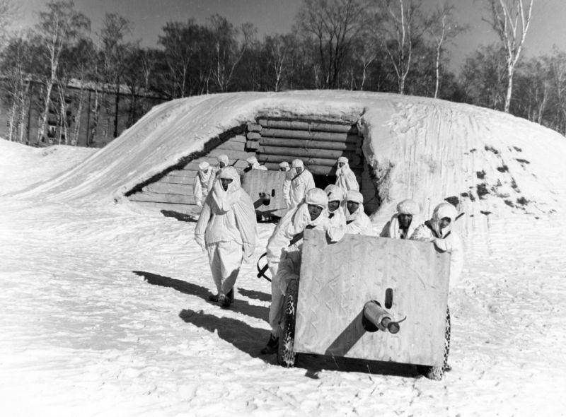 Des artilleurs soviétiques déploient des canons de 45 mm 7-33 vers une position de combat depuis le bunker de Pulkovo. mars 1942