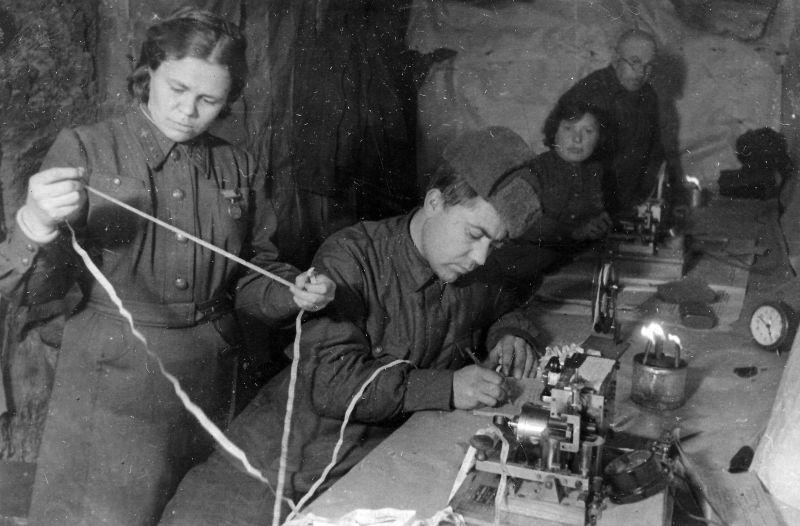 Opérateur téléphonique senior L.N. Bashmakova reçoit un rapport dans un centre de communication à Stalingrad. 1943 g.
