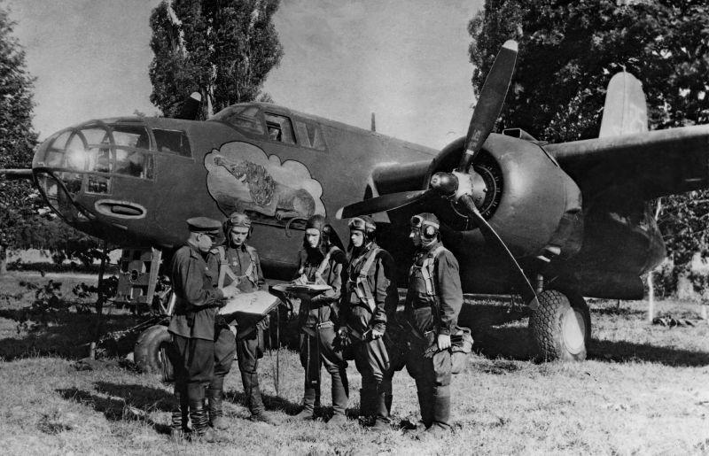 Déclaration de mission à l'équipage du bombardier A-20B du 3e escadron du 8e GBAP. 1944 g.